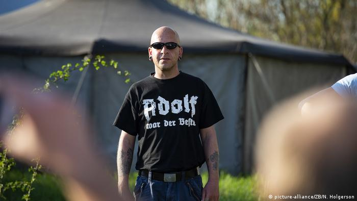Man with Adolf t-shirt (picture-alliance/ZB/N. Holgerson)