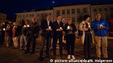 20.04.2018, Sachsen, Ostritz: Eine Lichterkette auf dem Markt während der Eröffnung Ostritzer Friedensfest als Gegenveranstaltung zum Festival Schild und Schwert. Foto: Nils Holgerson/ZB/dpa +++(c) dpa - Bildfunk+++ | Verwendung weltweit