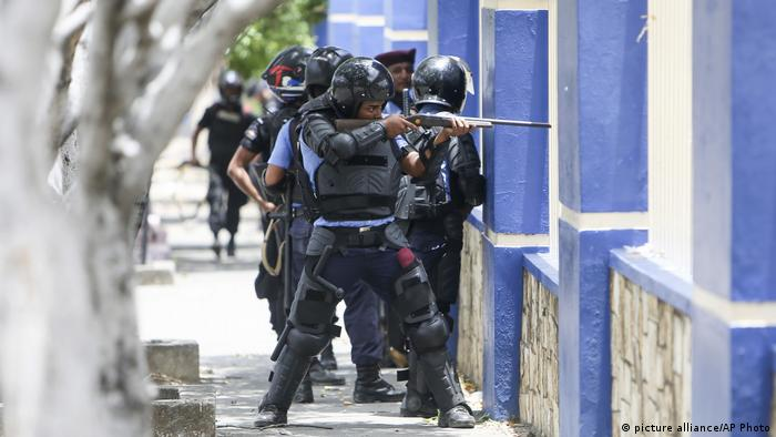 Security forces fire their weapons at protesters in Nicaragua (picture alliance/AP Photo)