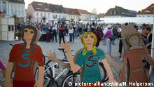Two painted figures of women at the Peace Festival (picture-alliance/dpa/N. Holgerson)
