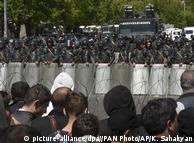 Поліція та маніфестанти під час акцій протесту опозиції в Єревані 17 квітня