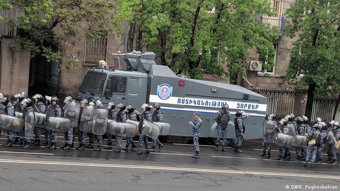Полиция на одной из улиц Еревана во время протестов 21 апреля