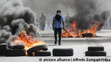 A man burns tires at an anti-government protest in Nicaragua (picture alliance / Alfredo Zuniga/AP/dpa)
