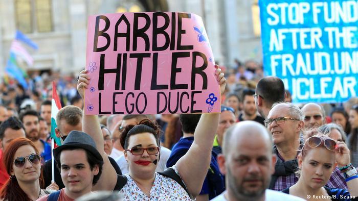 Десятки тисяч угорців вийшли на протест проти контролю Орбана над ЗМІ