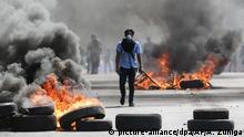 20.04.2018, Nicaragua, Managua. Ein maskierter Demonstrant läuft zwischen brennenden Barrikaden. Die Proteste dauern schon drei Tage an. Zahlreiche Menschen zogen auf die Straßen in mehreren Städten des Landes. Es kam zu Unruhen und es wurden Tote gemeldet. Foto: Alfredo Zuniga/AP/dpa +++(c) dpa - Bildfunk+++  