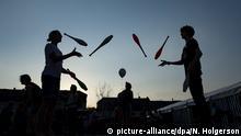 21.04.2018, Sachsen, Ostritz: Junge Menschen jonglieren auf dem Markt waehrend des «Ostritzer Friedensfestes». Das «Ostritzer Friedensfest» ist eine Gegenveranstaltung zu einem Festival von Neonazis in dem Ort. Foto: Nils Holgerson/dpa | Verwendung weltweit