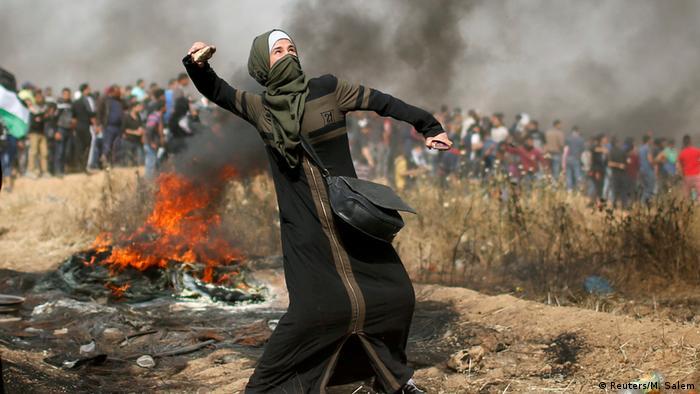 Gaza Grenze zu Israel - Frau wirft steine während Israelische Truppen und Protester aufeinandertreffen (Reuters/M. Salem)
