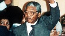 FILE (AP) FIRST ADDRESS IN FREEDOM: ANC leader Nelson Mandela waves to thousands of his supporters in Cape Town, South Africa, during his first address after spending 27 years in jail. (AP-Photo/str/Udo Weitz/-02/11/1990-) (Bild für Kalenderblatt)