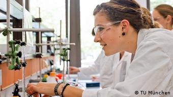 В биохимической лаборатории университета теория подкрепляется практикой