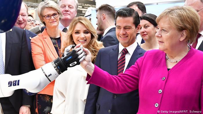 Hannover Messe Rundgang Merkel Nieto Roboter (Getty Images/AFP/T. Schwarz)