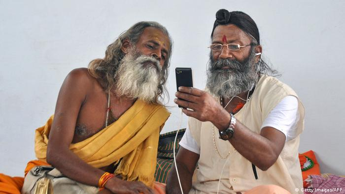 Indien Jammu - Zwei Hindus blicken auf ein Smartphone (Getty Images/AFP)
