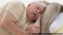 Overweight man snoring. | Verwendung weltweit, Keine Weitergabe an Wiederverkäufer.