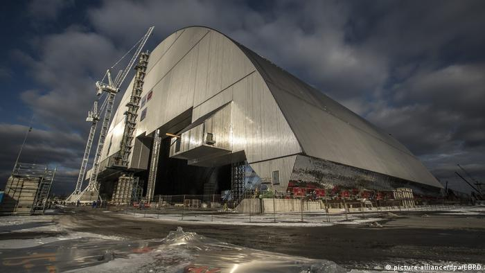 Protective dome over Chernobyl reactor (picture-alliance/dpa/EBRD)
