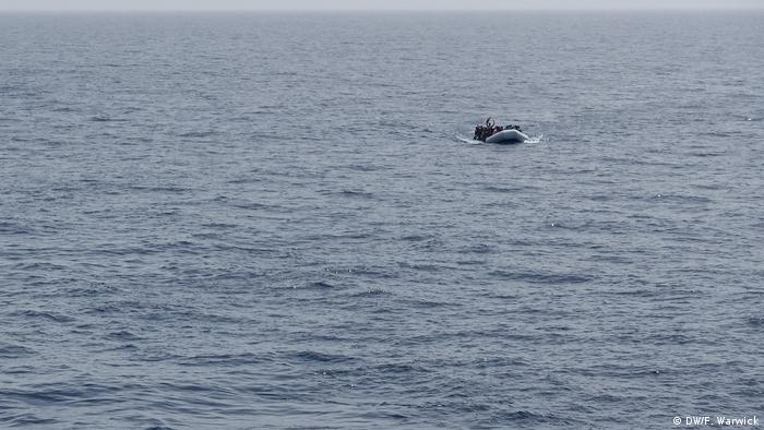 People in a rubber boat in the Mediterranean (DW/F. Warwick)