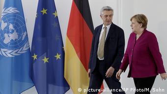 Deutschland Kanzlerin Merkel trifft Filippo Grandi (picture-alliance/AP Photo/M. Sohn)