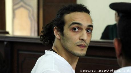 Egyptian photojournalist Mahmoud Abou Zeid, known by his nickname Shawkan, appears before a judge for the first time after spending more than 600 days in prison in Cairo, Egypt (picture-alliance/AP Photo/L. Tarek)
