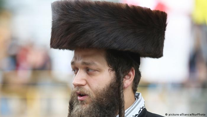 Homme portant un shtreimel garni de fourrure (photo-alliance / NurPhoto)
