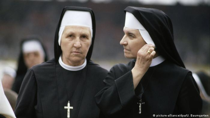 Nuns wearing habit and veil (picture-alliance/dpa/U. Baumgarten)