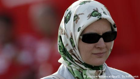 Muslim woman wearing a headscarf (picture-alliance/dpa/G. Schiffmann)
