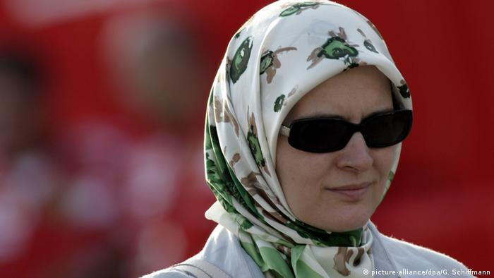 Muslim woman wearing a headscarf (picture-alliance/dpa/G. Schiffmann)