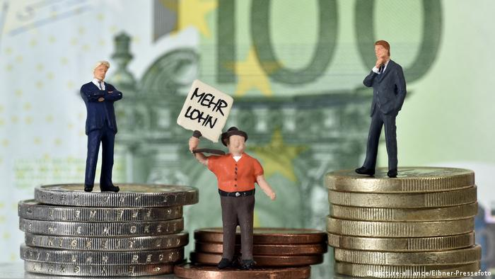 Миниатюрные фигурки, плакат Выше зарплату и монеты
