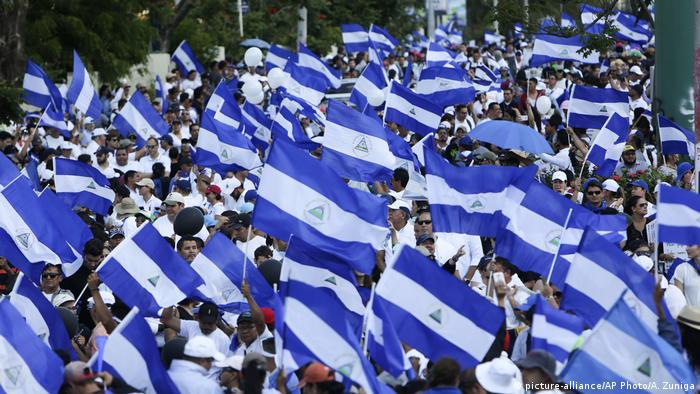 Wide protests with fllags in Nicaragua against the proposed pension reform (picture-alliance/AP Photo/A. Zuniga)