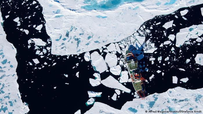 Luftaufnahme Polarstern am Gakkelrücken, Arktis (Alfred-Wegener-Institut/Stefanie Arndt)