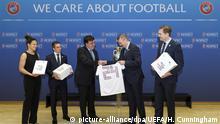 Делегация Немецкого футбольного союза передает генсеку УЕФА заявку на проведение в Германии Евро-2024