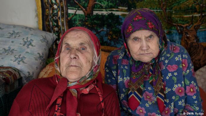 Baba Ganya (e.) e sua irmã Sonya, que vivem na zona de exclusão proibida de Chernobyl
