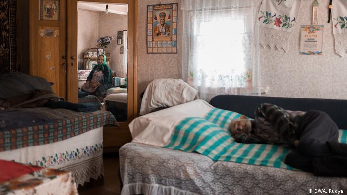 Homem dormindo sobre sofá-cama nos arredores de Chernobyl