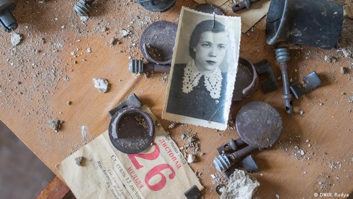 Fotos e calendários em casa abandonada no vilarejo de Opachichi