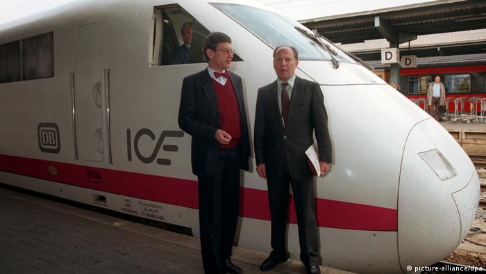 German Research Minister Riesenhuber and Transport Minister Warnke in front of an ICE train in 1988 (picture-alliance/dpa)