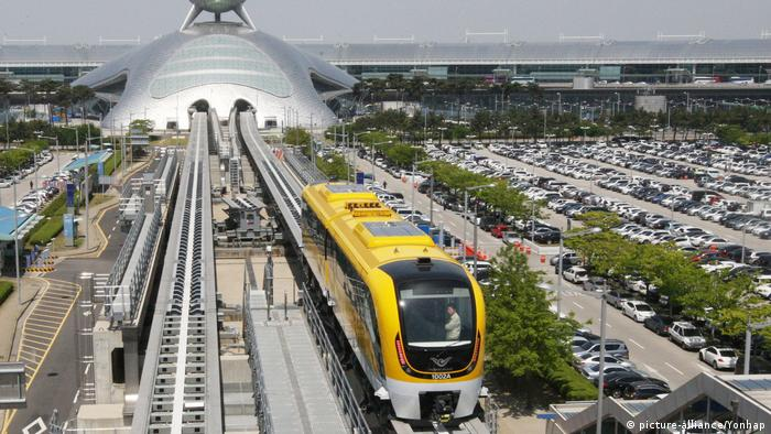Test ride of Korea's magnetic-levitation train (picture-alliance/Yonhap)