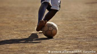 Symbolbild Fußball - Straßenfußball - Afrika (picture-alliance/AFP/T. Karumba)