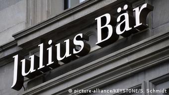 Як дізналася DW від Федерального відомства юстиції, документи на нерухомість Іванющенка перебувають у розпорядженні швейцарського банку Julius Bär. Банк не зарвешив переоформлення прав власності, чекаючи рішення судів
