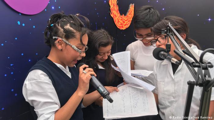 A mobile radio studio on a Guatemalan schoolyard. Radio Sónica, one of DW Akademie's partners in Guatemala, offers disadvantaged young people the opportunity to express themselves.