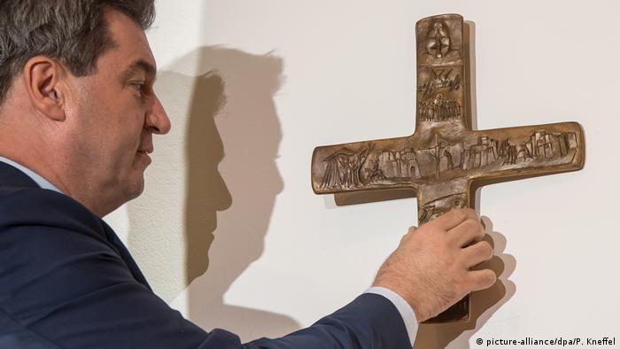 Deutschland München - Markus Söder, bayerischer Ministerpräsident hängt Kreuz in bayrischer Staatskanzlei auf