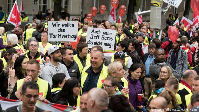Berlin Anti Amazon Protest Springer Preis Bezos (picture-alliance/Zuma/M. Heine)