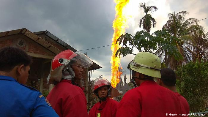 Numerous deaths and injuries in illegal Indonesia oil well fire