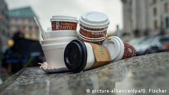 Deutschland Müll Coffee-to-go-Becher (picture-alliance/dpa/G. Fischer)