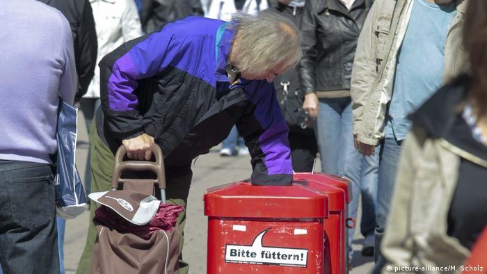 Deutschland Müll Pfandflaschensammler (picture-alliance/M. Scholz)