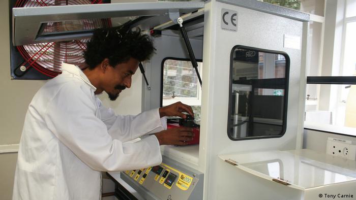 Tamrat Tesfaye trabajando en la nueva Planta de Desarrollo Industrial de Biorrefinería en Durban, Sudáfrica (Tony Carnie).