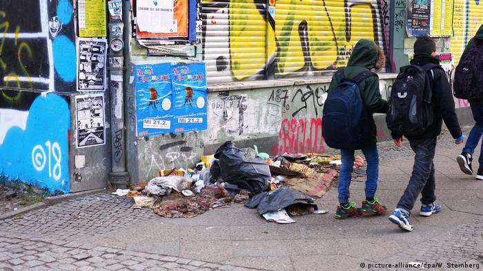 Deutschland Müll Kinder in Kreuzberg (picture-alliance/dpa/W. Steinberg)