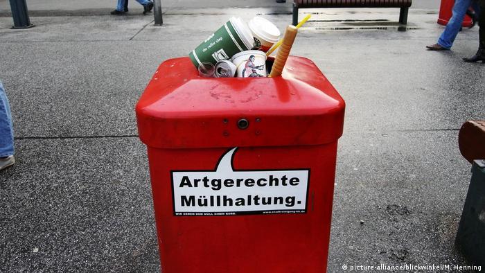 Deutschland Müll Abfallbehälter mit Aufschrift Artgerechte Müllhaltung (picture-alliance/blickwinkel/M. Henning)