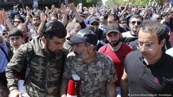 Никол Пашинян и его сторонники во время протестов в Армении, апрель 2018 г.