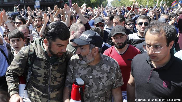 Armenia protest (picture-alliance/dpa/A. Geodakyan)