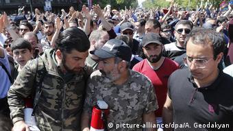 Никол Пашинян и его сторонники во время протестов в апреле 2018 года