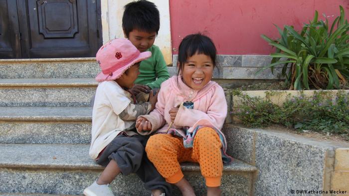 Kinder des indigenen Volkes der K'ho in Vietnam leben heutzutage sesshaft