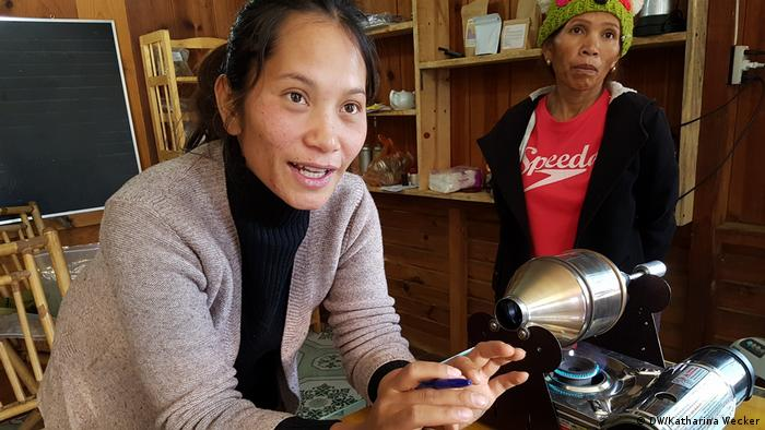 Rolan Co Lieng gehört zur indigenen Minderheit der K'ho in Vietnam. Sie kennt die Kunst der Kaffeeröstung