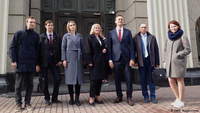 Алексей Навальный (третий справа) с адвокатами перед зданием Верховного суда, 25 апреля